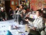 Цэцэге Мунхбайяр, глава Движения реки Онги, беседует с местными жителями.