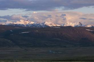 Вид на хребет Южный Алтай. Сумерки над заставой - Фото Игоря Хайтмана