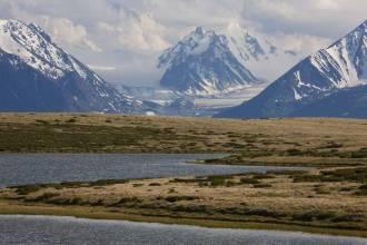 Вид на Алахинский ледник через озеро Кальджинкуль - Фото Игоря Хайтмана