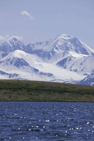 Вид на хребет Южный Алтай через озеро Кальджинкуль - Фото Игоря Хайтмана