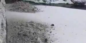 Дорожникам грозит штраф за сброс грязного снега в реку
