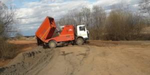 В Кировской области горы убранных с дорог пыли и грязи сбрасывают прямо в пойму реки Чепцы