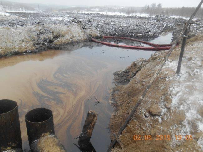 Нефть продолжает загрязнять лагунный залив Эхаби