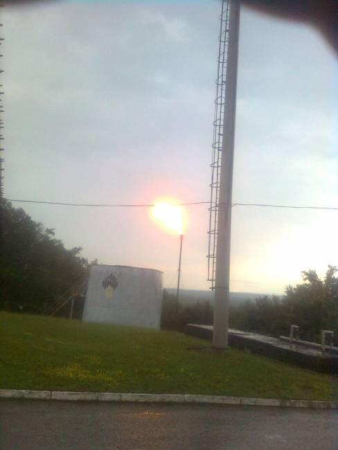 Розжиг молнией сбрасываемого газа на свече рассеивания.