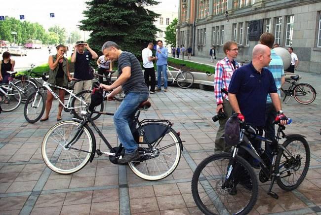 Чиновники администрации Екатеринбурга перед велопрогулкой по городу 2 июня 2015