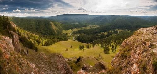 Вид на долину р. Базаихи с Торгашинского хребта