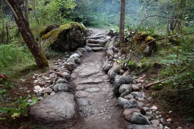 Каменная тропа к обзорной площадке с видом на водопад. Район «Моста Перемен 2.0».