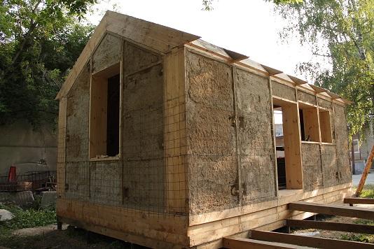 Дом из деревянных панелей с соломенным утеплителем, перед внешним оштукатуриванием